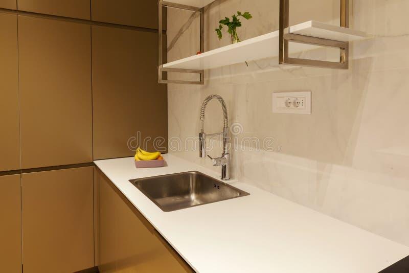 Cocina moderna con el worktop blanco foto de archivo