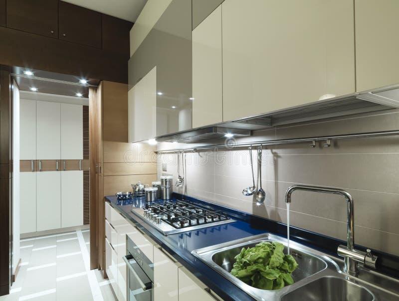 Cocina moderna con la tapa azul imagen de archivo