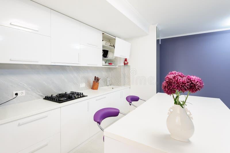 Cocina Moderna Con Las Sillas De La Mesa De Comedor Y De La Púrpura ...