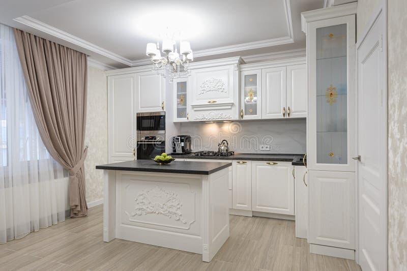 Cocina moderna de lujo blanco con isla fotografía de archivo
