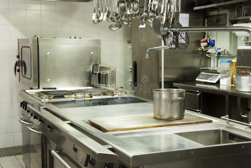 Cocina moderna del hotel foto de archivo libre de regalías