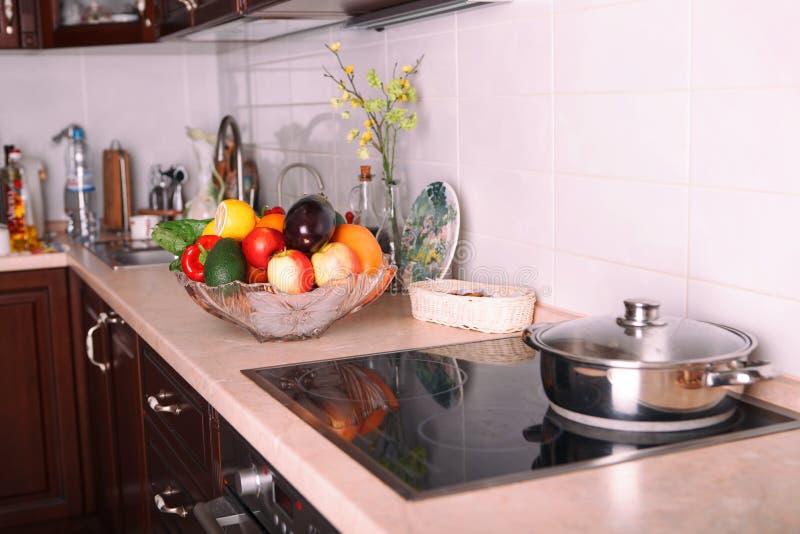Cocina moderna en el apartamento ligero foto de archivo libre de regalías