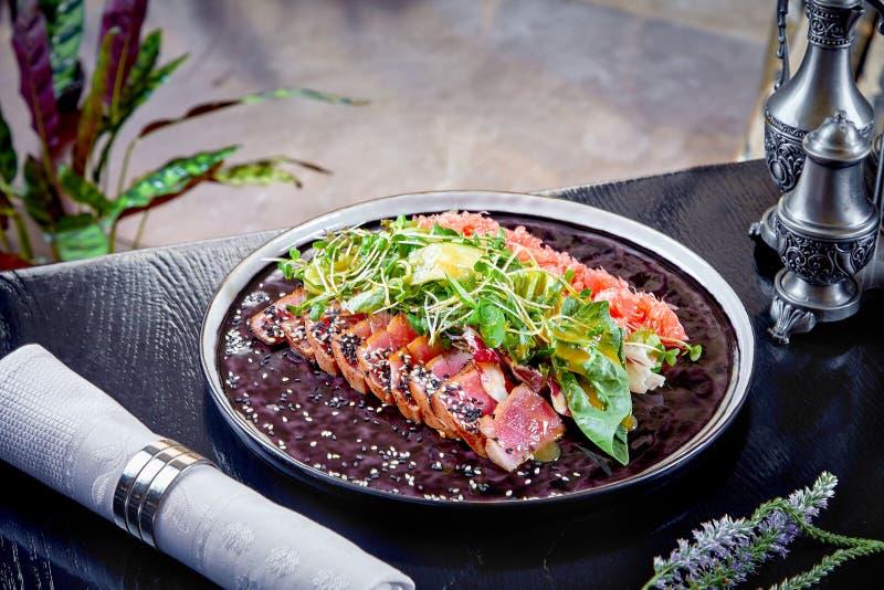 Cocina moderna Rosbif raro con la hoja verde de la ensalada y del pomelo Ensalada caliente para el almuerzo Alimento sano Carne c foto de archivo libre de regalías