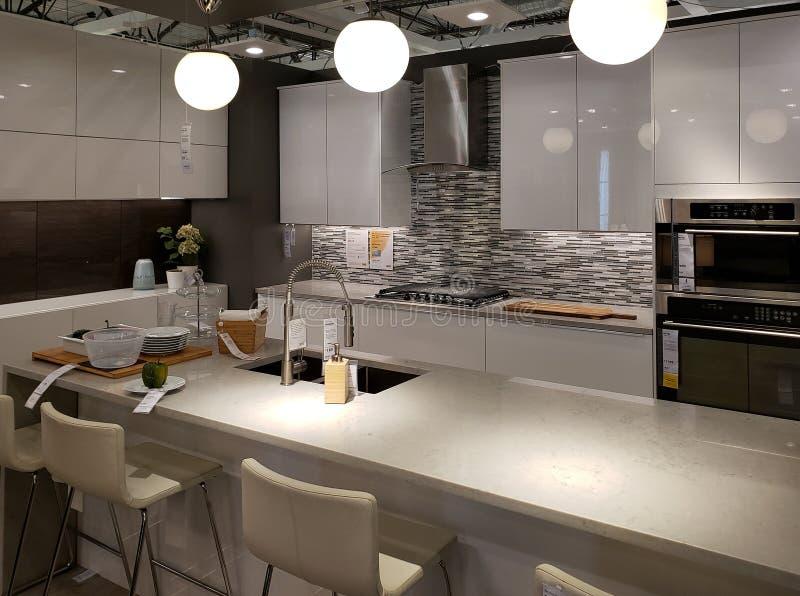 Cocina moderna y diseño dinning del sitio en IKEA imágenes de archivo libres de regalías