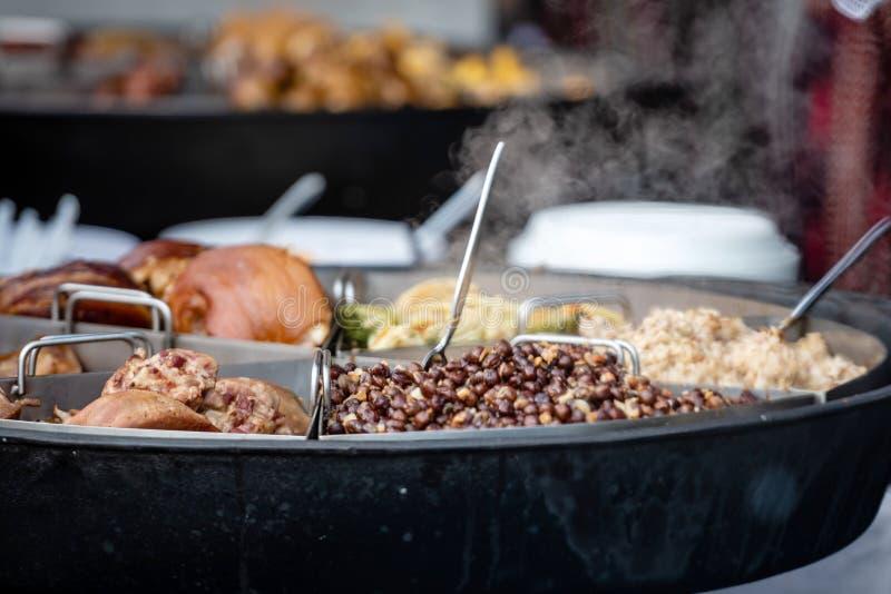 Cocina nacional letona Diversos platos calientes, carne, guisantes en una cacerola grande fotografía de archivo libre de regalías