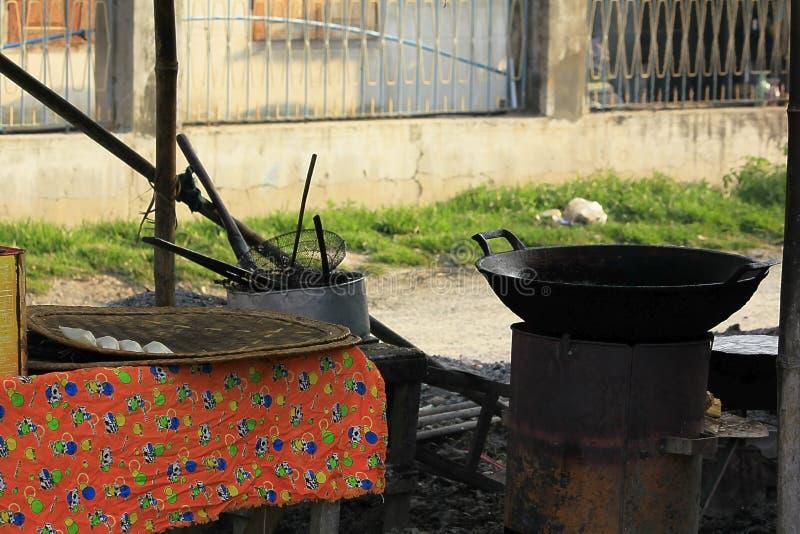 Cocina para freír la comida en el bazar en Myanmar imágenes de archivo libres de regalías