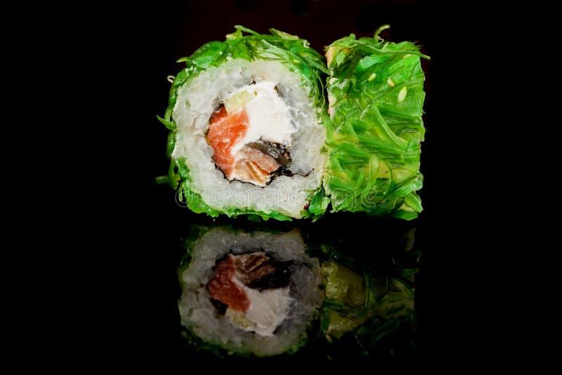 Cocina popular nacional japonesa Sushi, arroz y pescados Sabroso, sirvió maravillosamente la comida en un restaurante, café, con  ilustración del vector