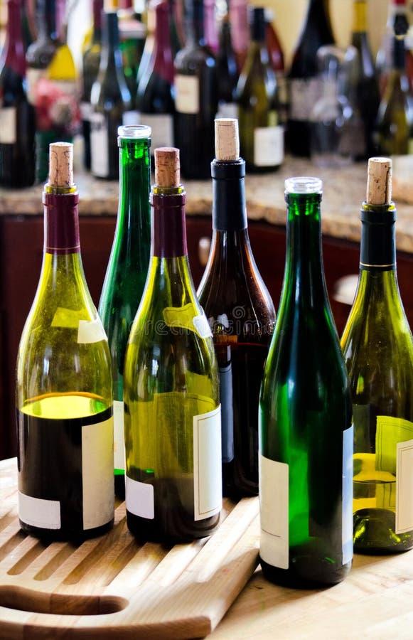 Cocina por completo del vino y de las botellas de vino fotos de archivo