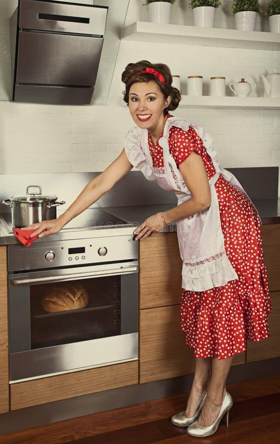 Cocina retra de la limpieza del ama de casa fotografía de archivo