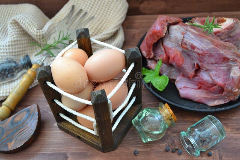 Cocina rusa tradicional: huevos y carne salvaje de alces fotografía de archivo libre de regalías