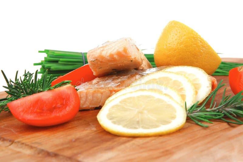 Cocina sana de los pescados: filetes de color salmón rosados cocidos fotografía de archivo