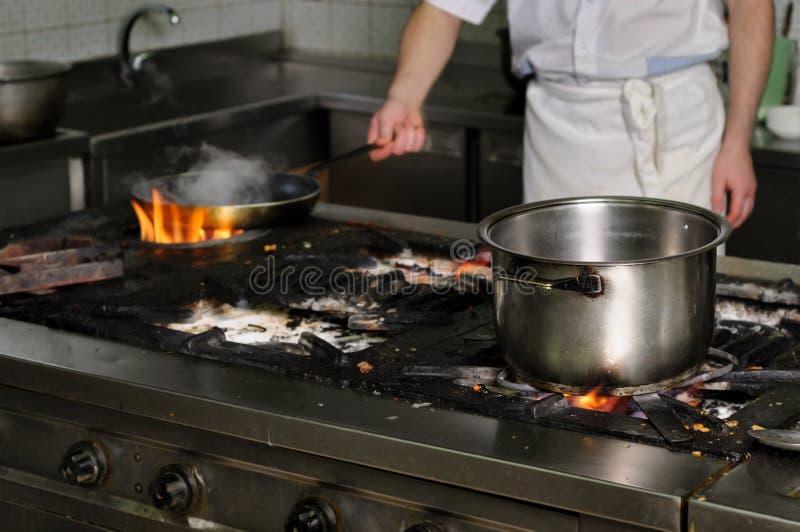 Cocina sucia real del restaurante imagen de archivo imagen de fuego personal 48648173 - Cocina de fuego ...