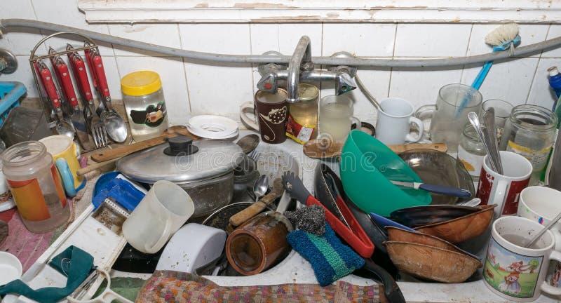 Cocina sucia sucia imagen de archivo. Imagen de botella - 78772109