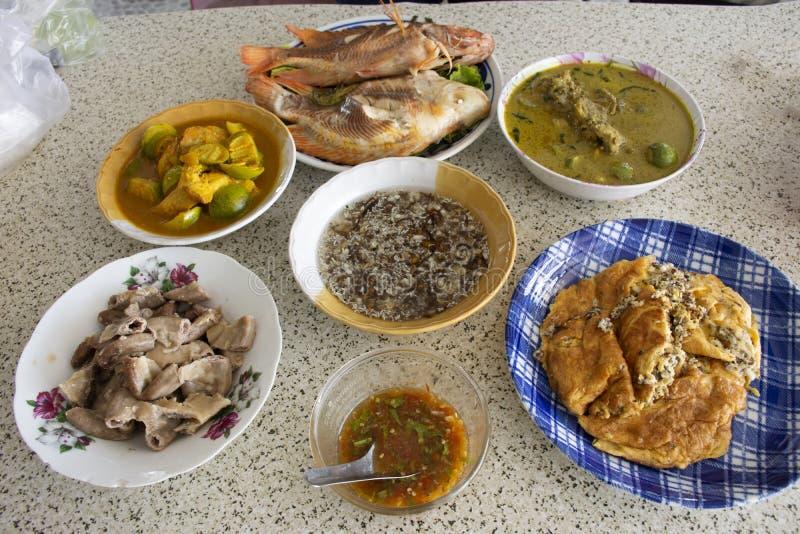 Cocina tailandesa local al estilo sureño, servida para almorzar en familia en Phatthalung, Tailandia imagenes de archivo
