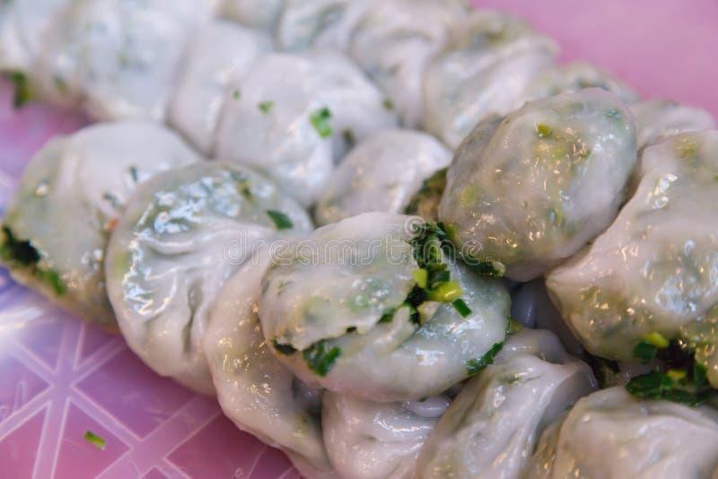 Cocina tailandesa tradicional de la comida de la calle, Kanom Gui Chai Leek Stuffed Dough, bola de masa hervida china cocida al v imagenes de archivo