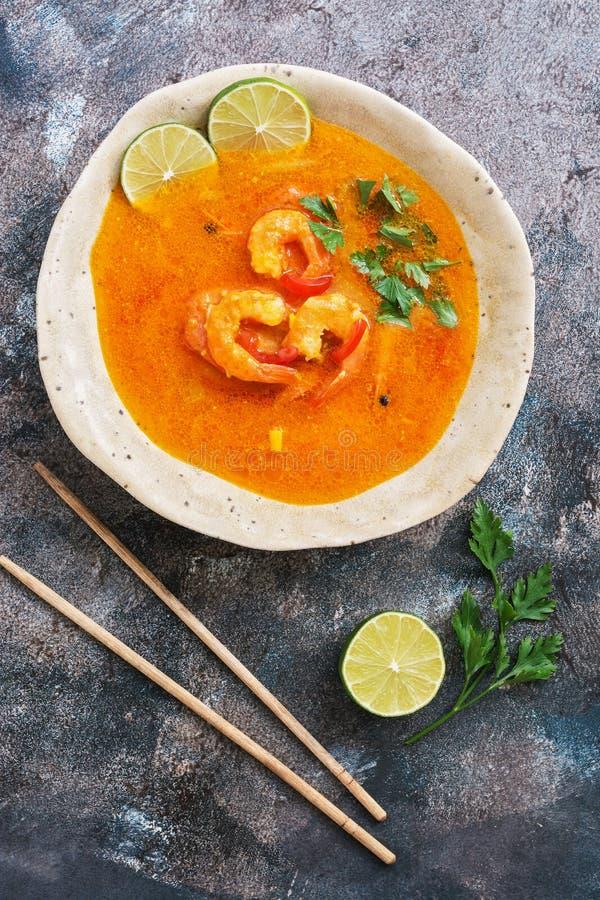 Cocina tailandesa tradicional, goong de Tom yum, sopa picante del camarón en fondo rústico Visión superior, endecha plana imagen de archivo