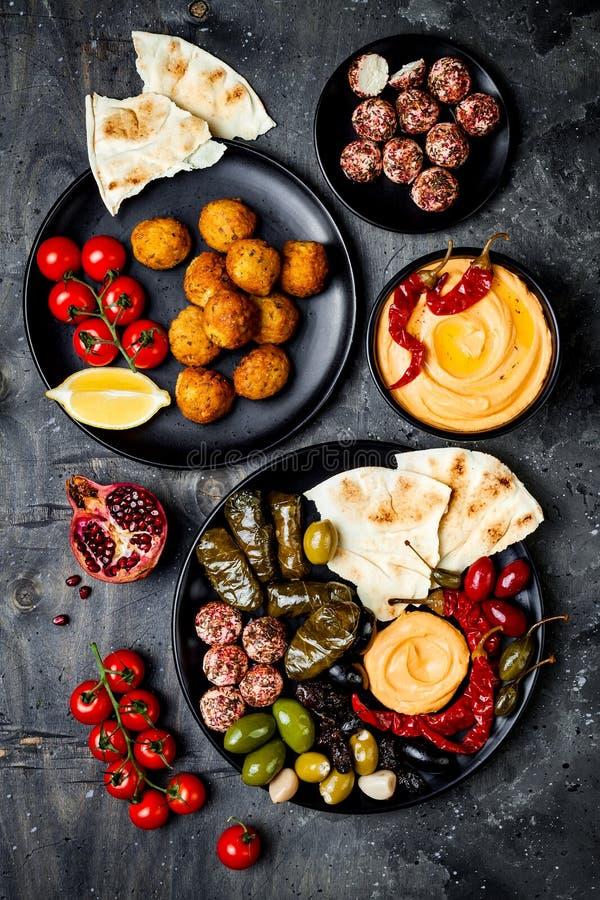 Cocina tradicional árabe El disco medio-oriental del meze con la pita, aceitunas, hummus, rellenó el dolma, bolas del queso del l foto de archivo