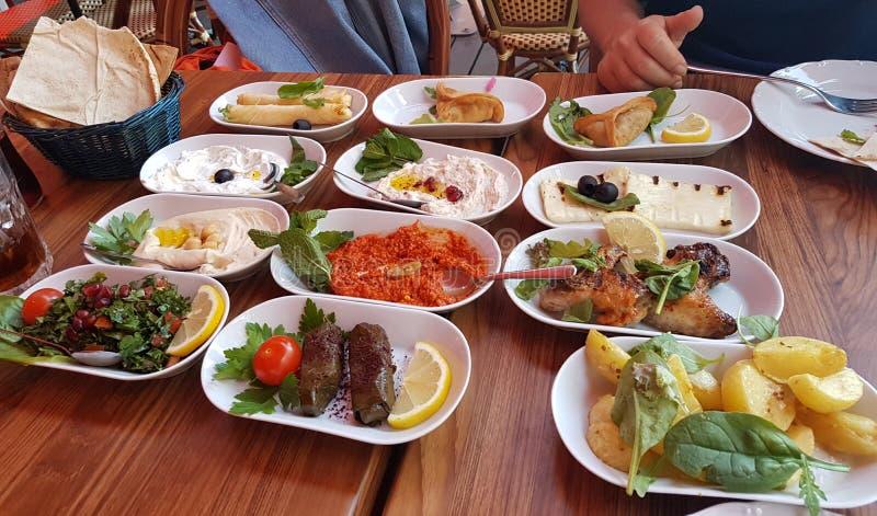 Cocina tradicional y mediterránea libanesa imagenes de archivo
