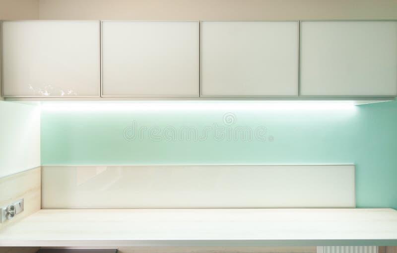 Cocina verde con el worktop de madera imagen de archivo libre de regalías