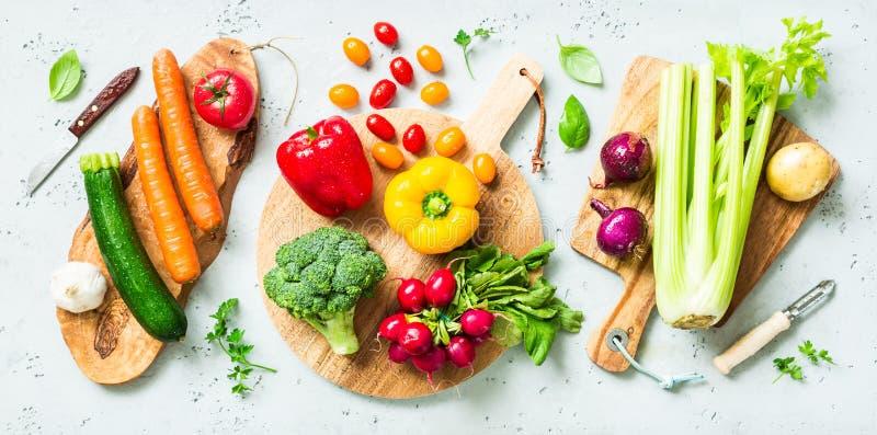 Cocina - verduras orgánicas coloridas frescas en worktop imagen de archivo