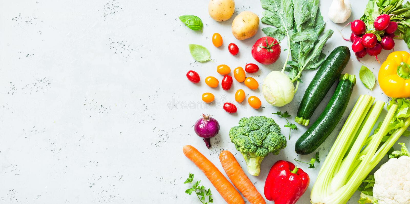 Cocina - verduras orgánicas coloridas frescas en worktop foto de archivo