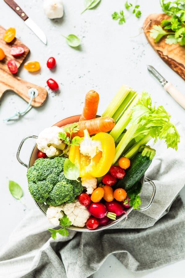 Cocina - verduras orgánicas coloridas frescas en worktop imágenes de archivo libres de regalías