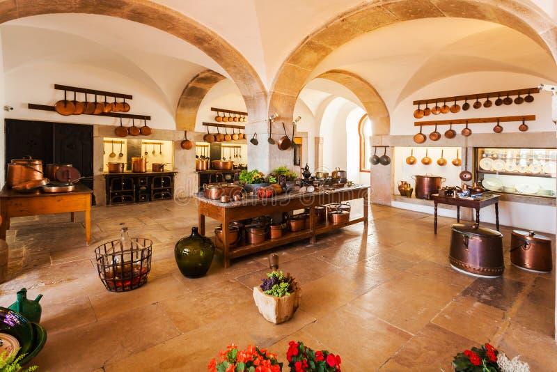 Cocina vieja del estilo rural en colores brillantes Interior imagenes de archivo