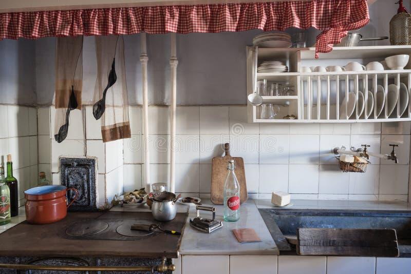 Cocina vieja en una vecindad de la clase obrera de Legazpi en el valle del hierro, Gipuzkoa, España fotografía de archivo
