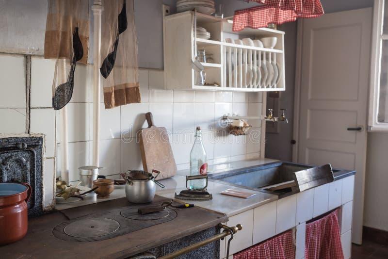 Cocina vieja en una vecindad de la clase obrera de Legazpi en el valle del hierro, Gipuzkoa, España foto de archivo libre de regalías