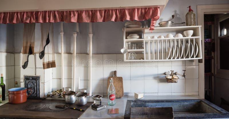 Cocina vieja en una vecindad de la clase obrera de Legazpi en el valle del hierro, Gipuzkoa, España foto de archivo