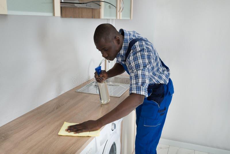 Cocina Worktop de la limpieza del hombre foto de archivo libre de regalías