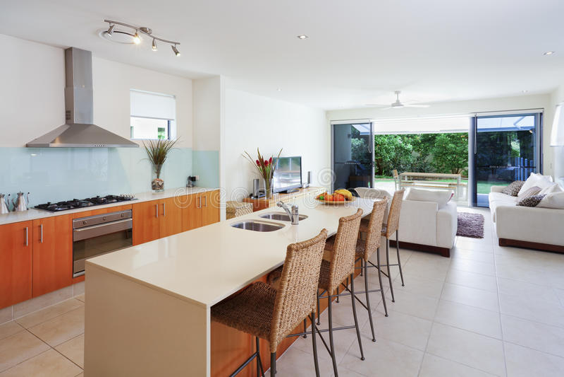 Cocina y sala de estar modernas imagen de archivo libre de regalías