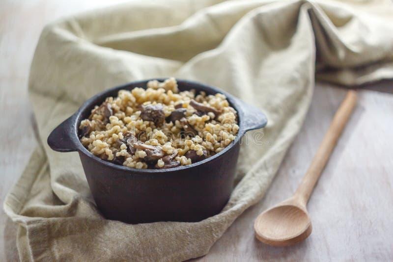 Cocinado para el pote de gachas de avena del bulgur con las setas El concepto de comida simple y sana sana apropiada foto de archivo libre de regalías