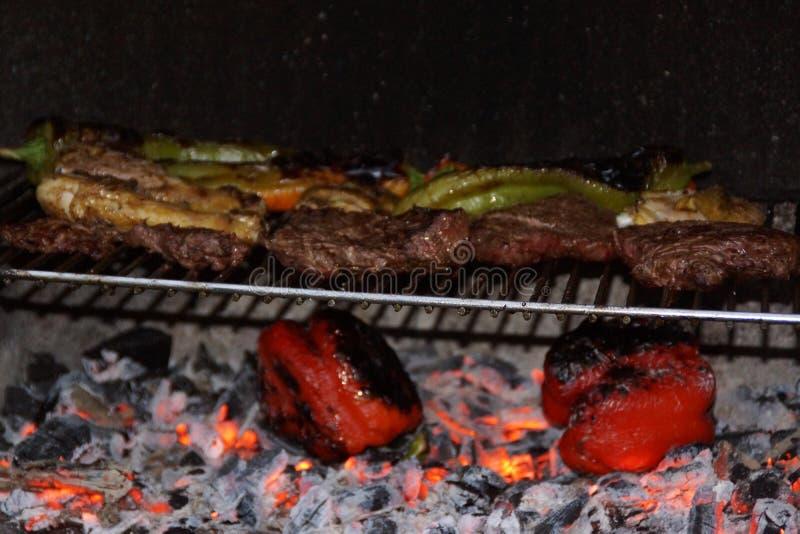 Cocinando con la barbacoa, comida del verano fotos de archivo libres de regalías