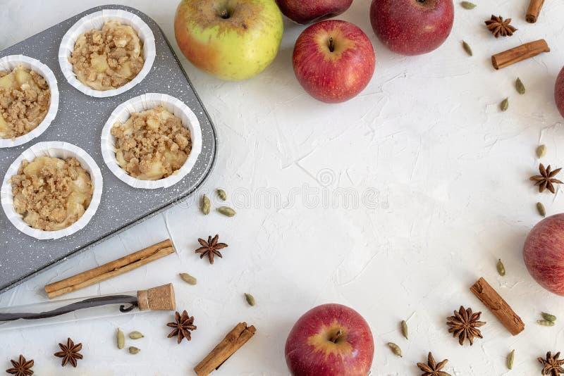 Cocinando el fondo - endecha plana de los inredients para los molletes de la manzana fotos de archivo