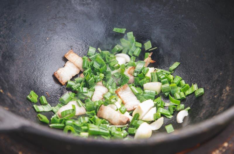 Cocinando el pilaf en casa: fusión de la grasa de la grupa del cordero foto de archivo libre de regalías