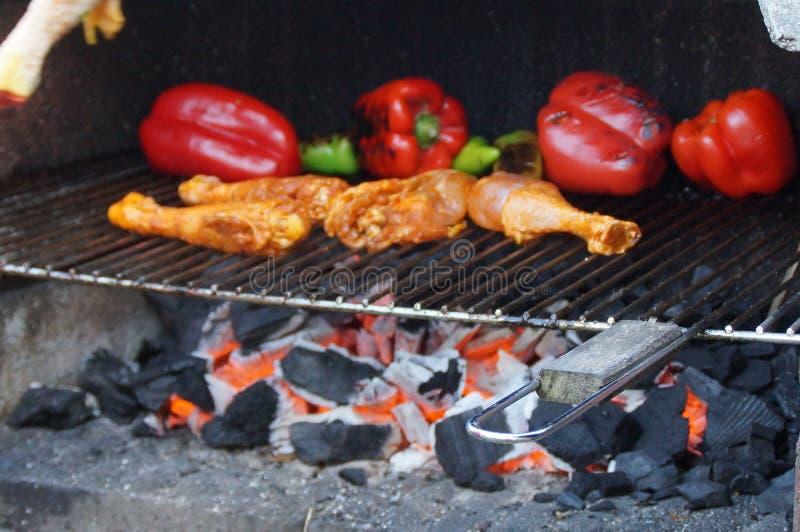 Cocinando en la barbacoa - agarre tomar de la vista de la visión afuera, sin carácter y del día foto de archivo libre de regalías