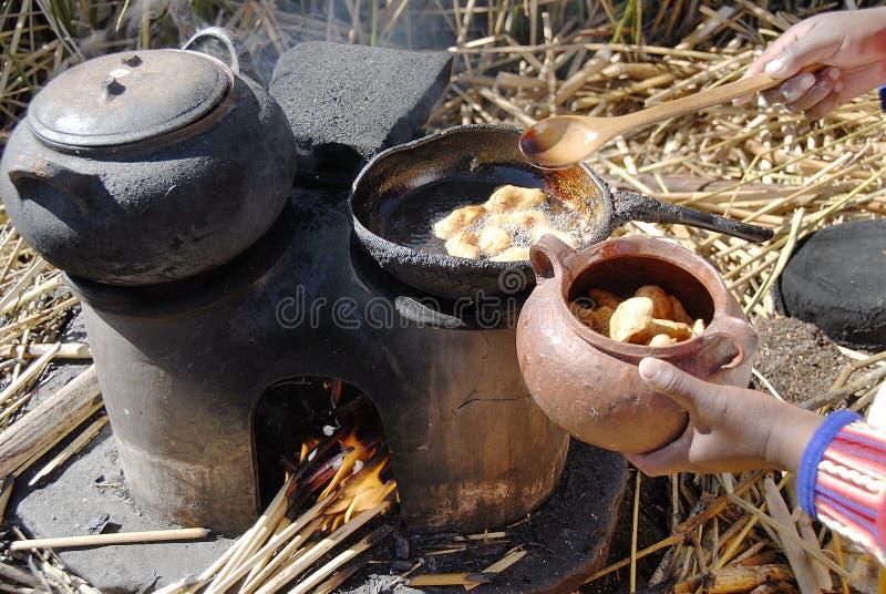 Cocinando en la isla de Totora, el lago Titicaca, Puno, Perú fotografía de archivo