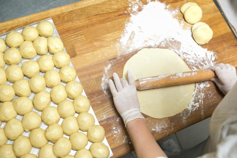Cocinando la pasta para cocer en la cocina, las empanadas confeccionadas para la hornada, las manos del cocinero preparan la past imágenes de archivo libres de regalías