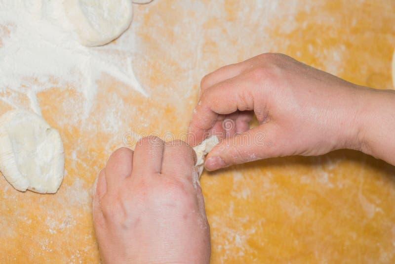 Cocinando las empanadas en casa foto de archivo libre de regalías