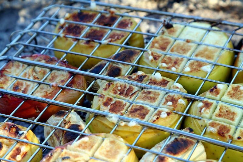 Cocinando las frutas - Bbq de la parrilla fotos de archivo