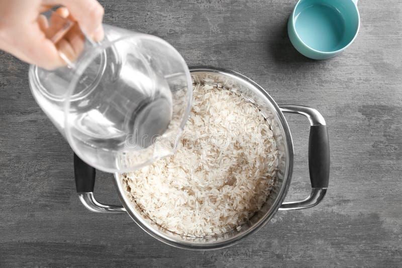 Cocinar concepto Agua de colada en cazo foto de archivo libre de regalías