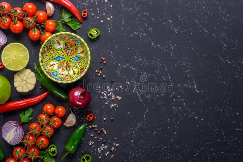 Cocinar concepto de la salsa caliente Una selección de verduras, de frutas, de hierbas y de especias para hacer la salsa de la sa imágenes de archivo libres de regalías