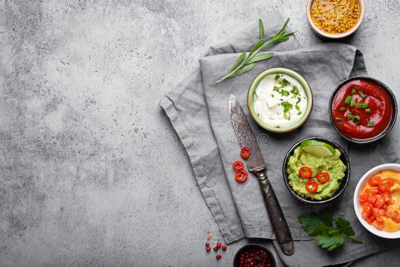 Cocinar diversas salsas foto de archivo