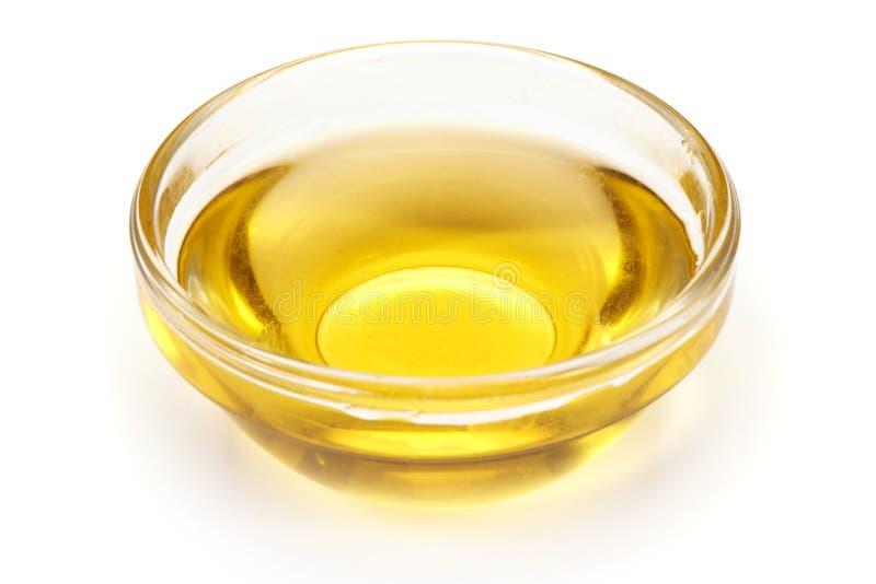 Cocinar el aceite vegetal en una taza pequeña, de cristal, aislada en el fondo blanco foto de archivo libre de regalías
