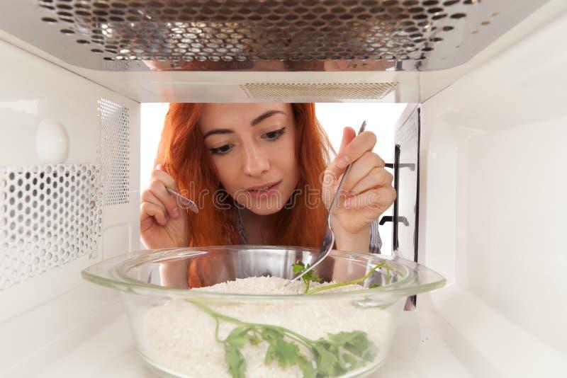 Cocinar el arroz imágenes de archivo libres de regalías