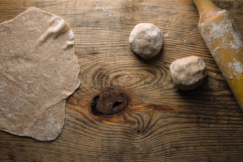 Cocinar el chapati en la opinión de sobremesa de madera foto de archivo libre de regalías