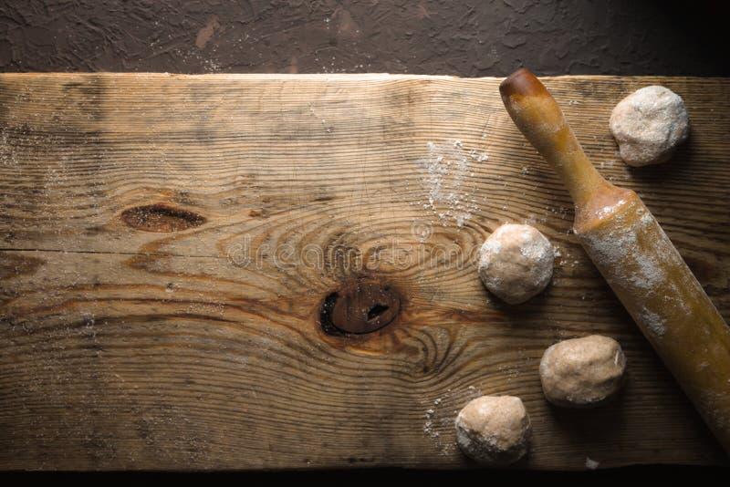 Cocinar el chapati indio del pan en la opinión de sobremesa de madera imagen de archivo