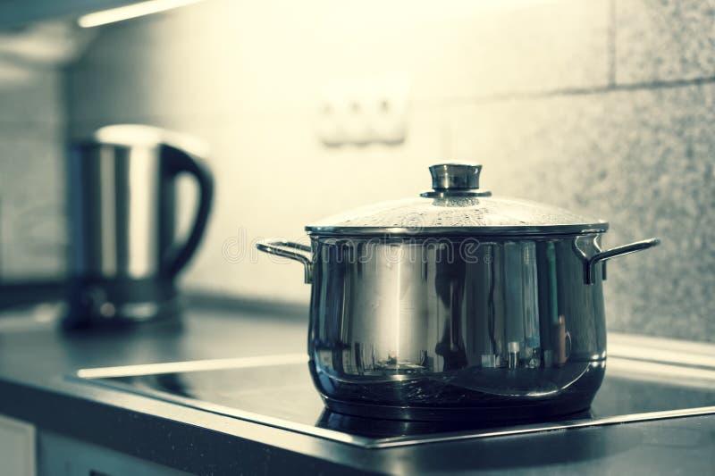 Cocinar el crisol foto de archivo