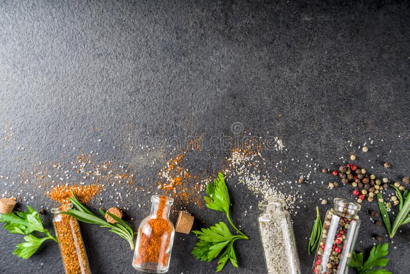 Cocinar el fondo de la comida con las hierbas, el aceite de oliva y las especias fotografía de archivo